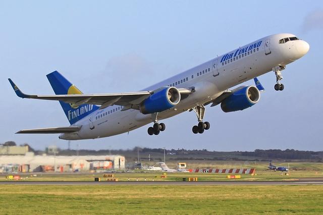 Для авиалиний средней протяженности предназначен пассажирский самолет Боинг 757-200 (Boeing 757-200).